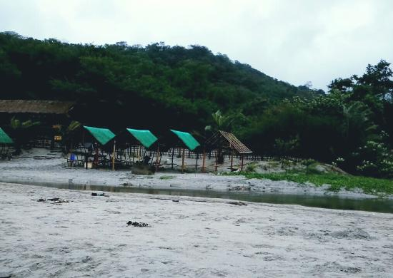 """Luzon, Filipiny: Secluded huts though you have to walk a bit to the """"town center"""" where supplies are sold"""