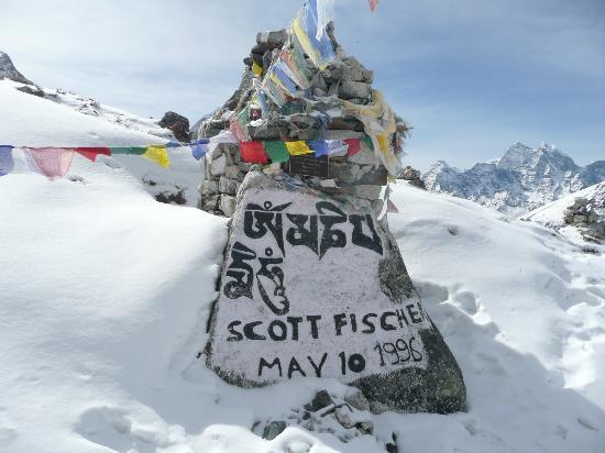 Khumbu, نيبال: 登山家Scott Fischerの墓碑