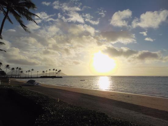 プルメリア・ビーチ・ハウス, レストラン前のビーチに朝日が昇ってきました
