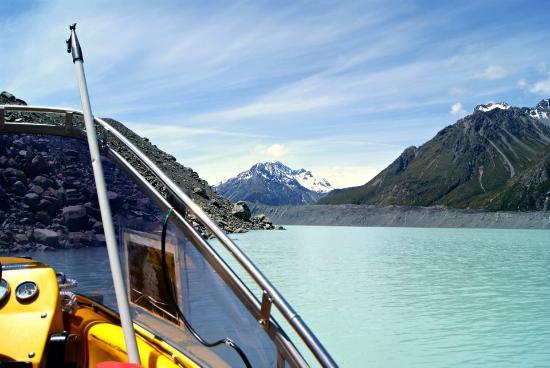 Aoraki Mount Cook National Park (Te Wahipounamu), Neuseeland: boating in glacier lake