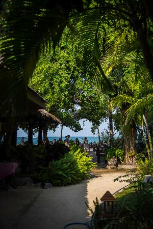 Railay Village Resort: Walking from the resort to the restaurant and beach