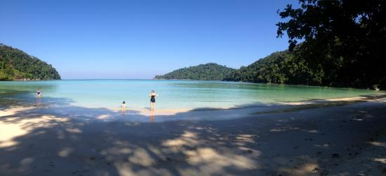 Khuraburi, Tailandia: Tide is in, great for swimming in the warm waters.