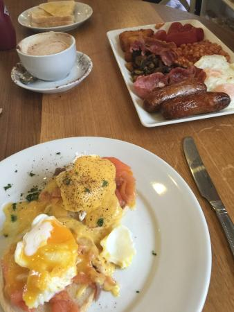 Gisburn, UK: Large breakfast and eggs Benedictine with smoked salmon.