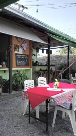 Plai Laem, Thailand: 酒店附近的本地小餐厅,价位合理,作为指标的新鲜椰子60铢,Chang小瓶装啤酒60铢,冬阴功汤150铢。口味不错。