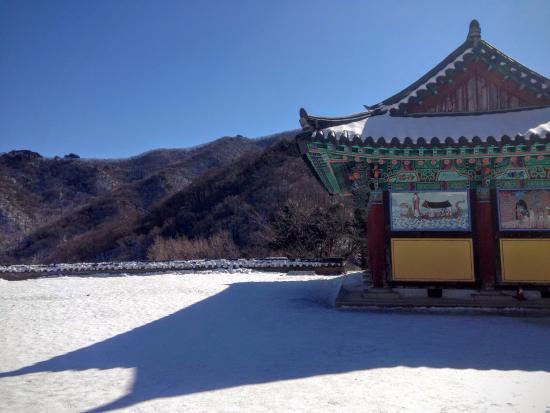 Muju-gun, Korea Południowa: The temple is beautiful in the winter