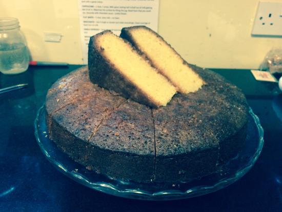 Shaftesbury, UK: Gorgeous gluten free options available every day like this lemon polenta cake.