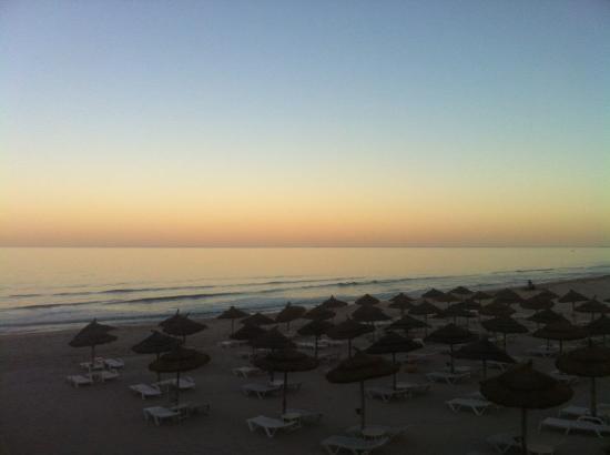 Radisson Blu Palace Resort & Thalasso, Djerba: Uma parte da praia do Hadisson Blu, ao cair da tarde..
