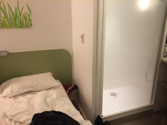 Hotel Ibis Budget Manchester Centre Pollard Street: Shower is touching the bed!