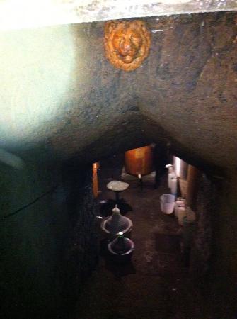 Vetralla, Italien: La piccola cantina scavata nel tufo con i Vini di propria produzione!