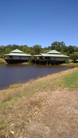Γιαλινγκούπ, Αυστραλία: Taken on a Monday when Little Fish was closed. Little Fish is the building onthe right.