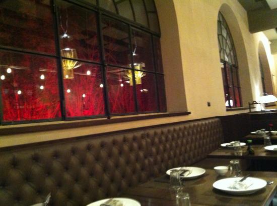 Illuminazione Tavoli Ristorante : Vista dei tavoli con illuminazione alle finestre foto di riso