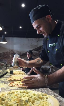 Voiron, Francia: Fabrication de pizzas Basilic & Co