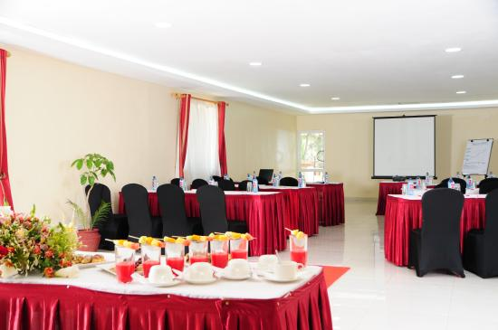 PrideInn Hotel Raphta: Conference meal set up