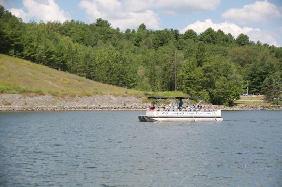 Hawley, PA: Wallenpaupack Scenic Boat Tour cruising the lake