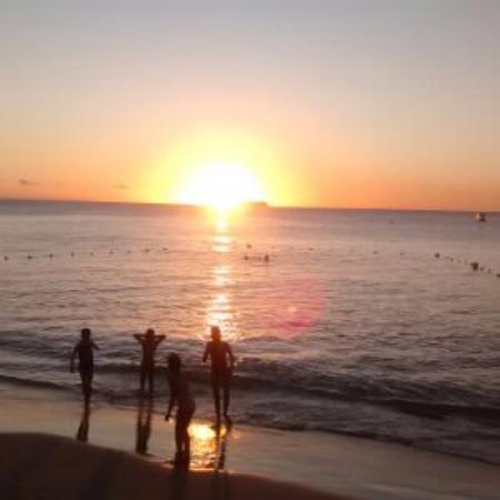 Tropical Sunset Beach Apartment Hotel: Another beautiful sunset