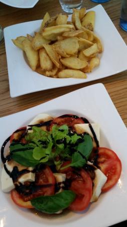 Offenburg, Alemania: Kartoffeldipper und Tomate-Mozzarella-Salat