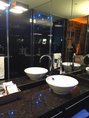 Savoy hotel badezimmer mit großzügiger dusche und separaten wc sehr schöne wasserfalldusche und alles