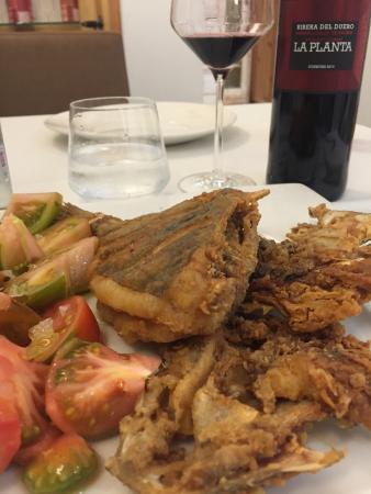 Нихар, Испания: Gallo pedro frito perfecto, el vino con un precio baratisimo y en su temperatura. No recuerdo co