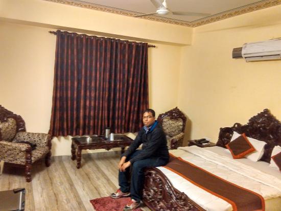 Hotel Laxmi Niwas: Me in room