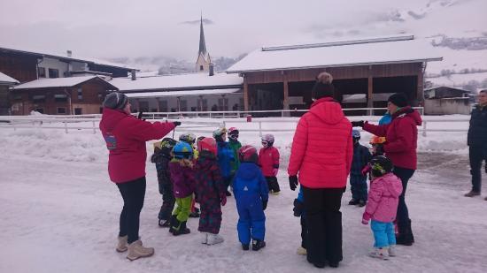 Kinderhotel Felben: Warming up before skiing lesson