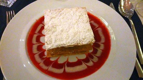 Le Cannet, Prancis: Millefeuille léger à la vanille. Suavement aérien comme le décor dans l'assiette.