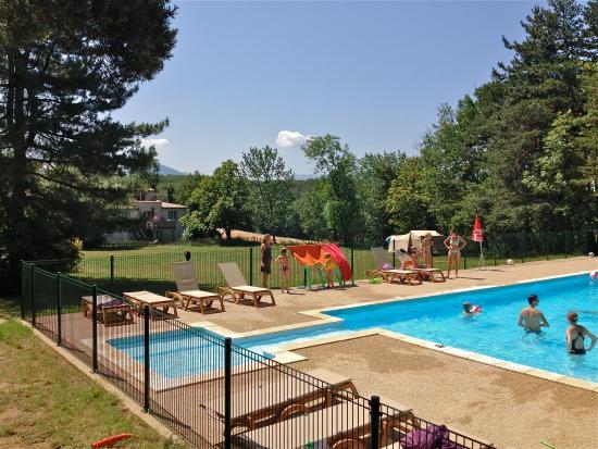 Le Grand Bois : Zwembad en herberg