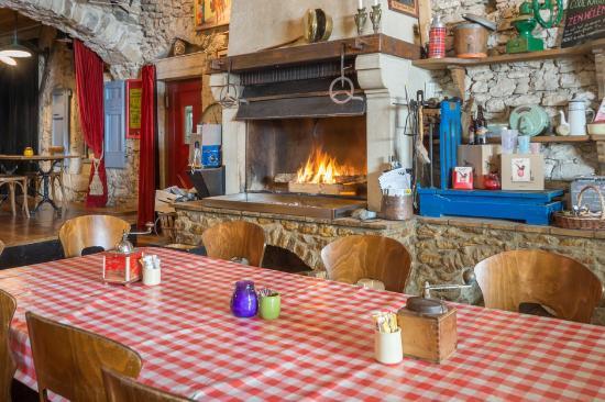 Ombleze, فرنسا: Une table devant la cheminée
