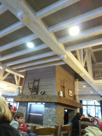 """La Bresse, Francia: Cheminée de la salle de restauration """"Le Slalom"""""""