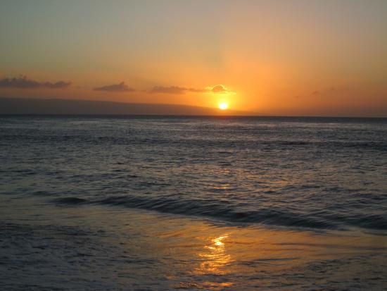 Kahana Falls: Beautiful sunset from the beach across the street.