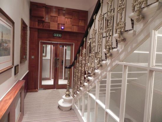 Garden View Hotel: ingersso nell'androne scale , c'e anche un piccolo ascensore che raggiunge tutti i piani.