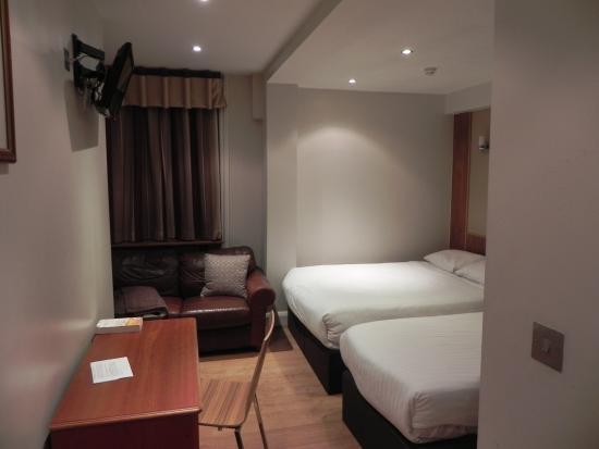 Garden View Hotel: la camera letto tripla con matrimoniale e singolo tavoloe tv