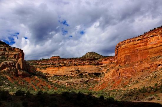 Fruita, CO: Cliffs, clouds and valley view from Rim Rock Drive