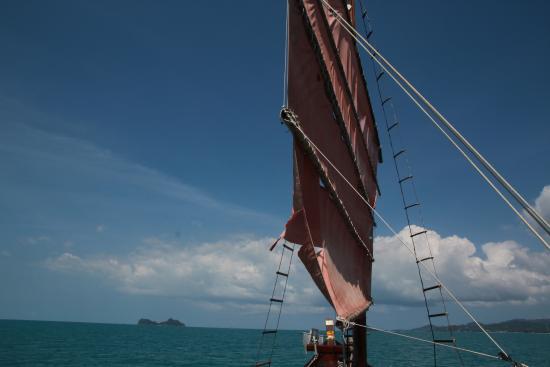بوفت, تايلاند: Wunderschönes Schiff mit rotem Segel