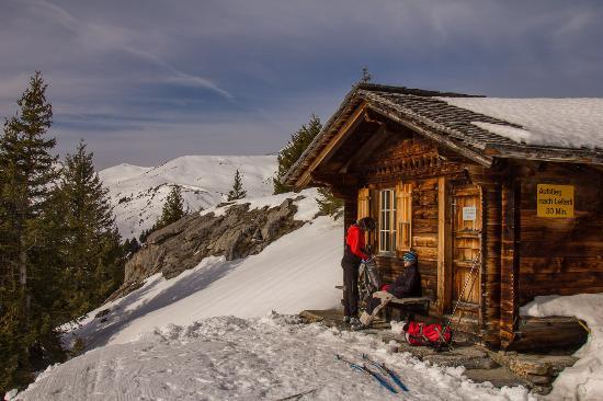 Lenk im Simmental, Schweiz: Das Häuschen ist eine Umkleidekabine mit Schliessfächern