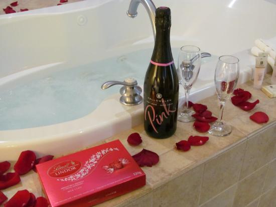 White Rock, Καναδάς: Romance Package & Jacuzzi Suite