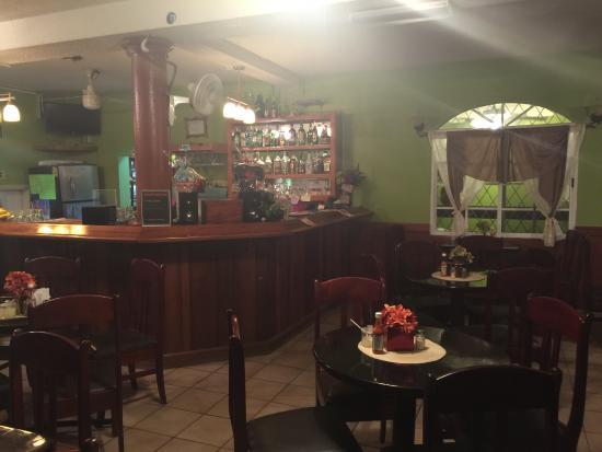 Belmopan, Belice: bar and dining