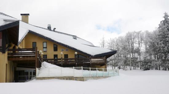 Hotel Club Font d'Urle: Le village vacances est situé sur une petite pente douce menant directement à l'ESF (1mn à pied)