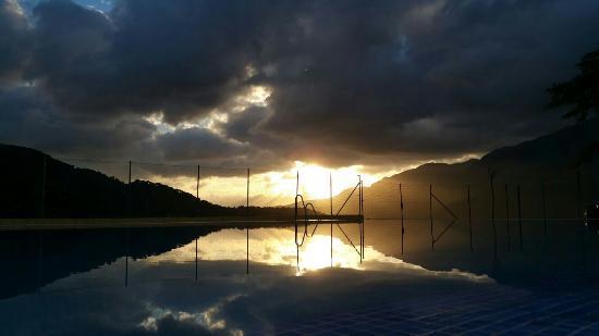 Jimera de Libar, Espanha: Espectacular puesta de sol desde venta la oveja negra!!!