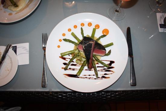 Blanca Blue Restaurant & Lounge : Blackened Tuna with asparagus.