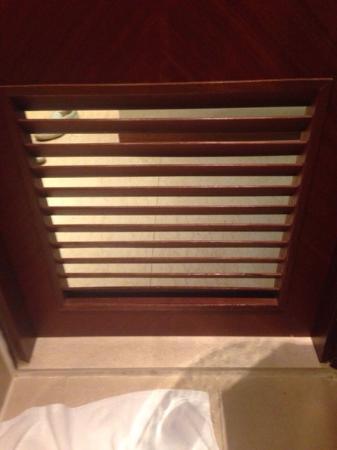 Silka West Kowloon Hotel: дырочка в двери ванной комнаты