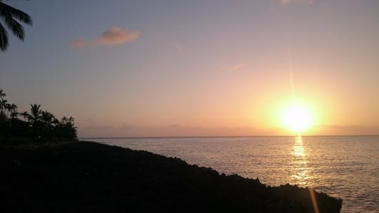 Playa Tranquilo: Pôr-do-sol visto da frente do hotel