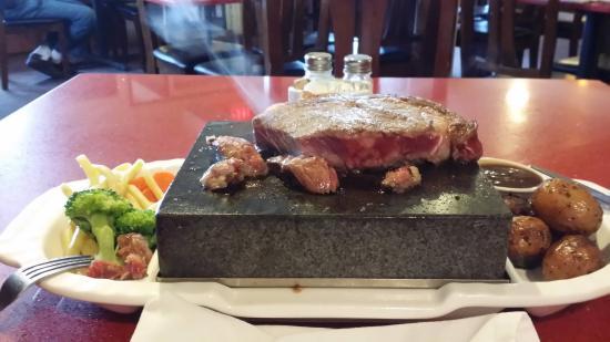 Chetwynd, Kanada: Lava Rock Cooking 10oz Rib Eye Steak