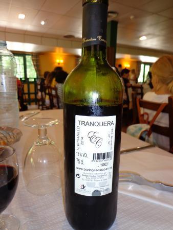 Nuevalos, Hiszpania: Vino tranquera (ojo al nivel)