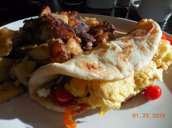Oshawa, Canadá: Breakfast Burrito in Naan with Home Fries... perfect!