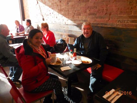 Oshawa, Canadá: Grand and Del enjoying coffee at The White Apron :)