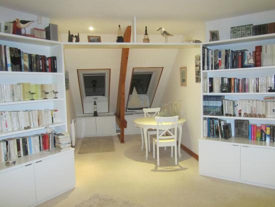 la villa flore : espace lecture et commun aux hôtes
