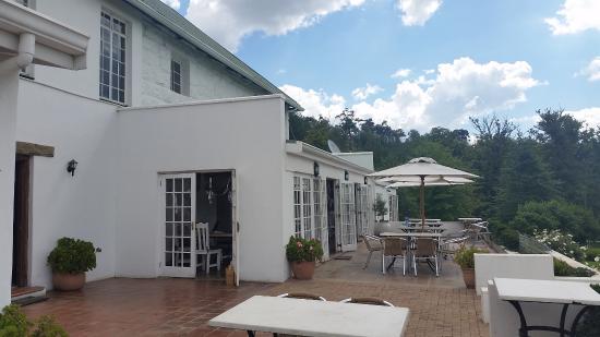 Van Reenen, Sudafrica: View along terrace and dining room inside folding doors
