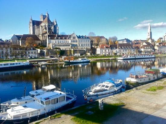 Auxerre picture of vieille ville auxerre tripadvisor for Piscine auxerre