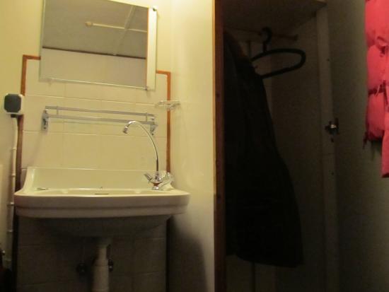 Vita Nova: Умывальник и шкаф в номере