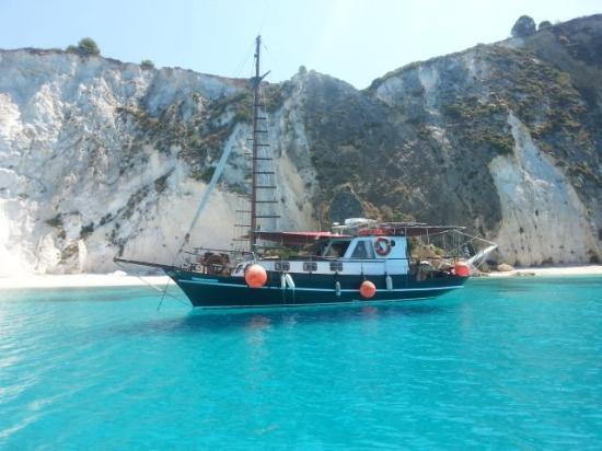 Argostolion, Yunani: QUEENBEE BOAT TRIPS